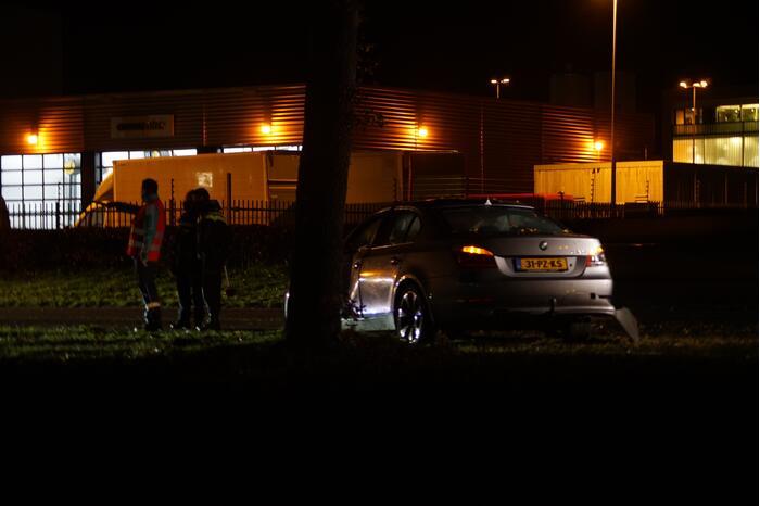 Automobilist verliest macht over het stuur en rijdt tegen lantarenpaal