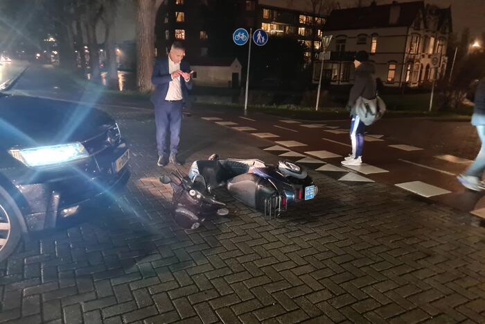 Scooterrijder onderuit na botsing met auto