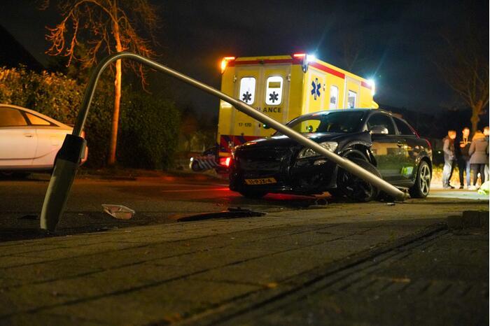 Auto vliegt uit de bocht en komt tegen lantaarnpaal tot stilstand