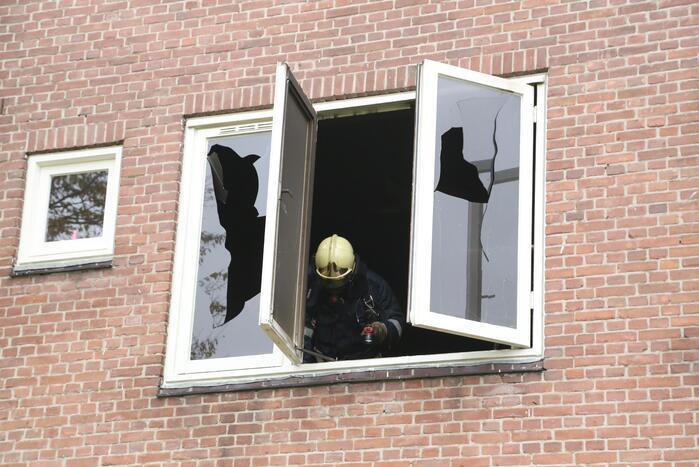 Brandweer schaalt op bij woningbrand