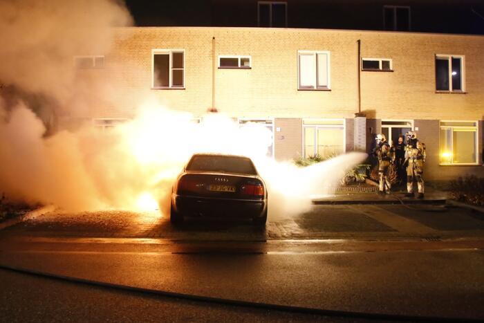 Geparkeerde auto brandt volledig uit