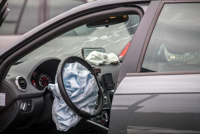 Automobilist komt tot stilstand tegen hek