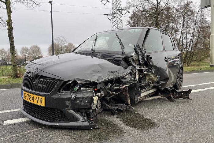 Veel schade na botsing tussen twee auto's