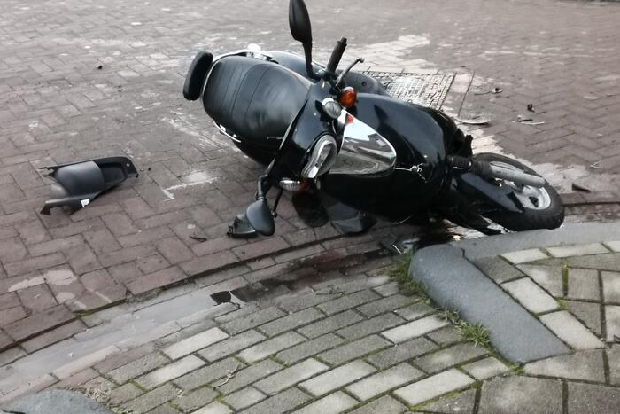 Scooterrijder botst op auto