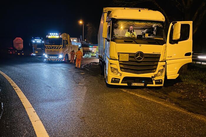 Vrachtwagen rijdt zich vast in zandbak