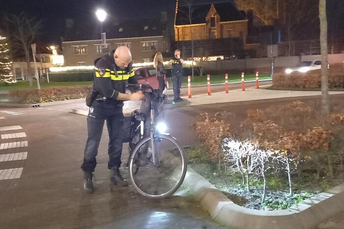 Vrouw op fiets aangereden op rotonde