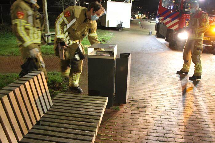 Brandweer blust met twee emmers water