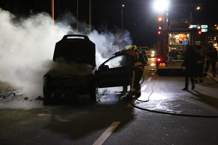 Auto brandt volledig uit