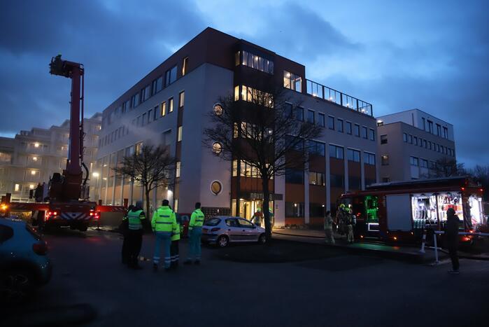 Appartementencomplex vol rook door brand