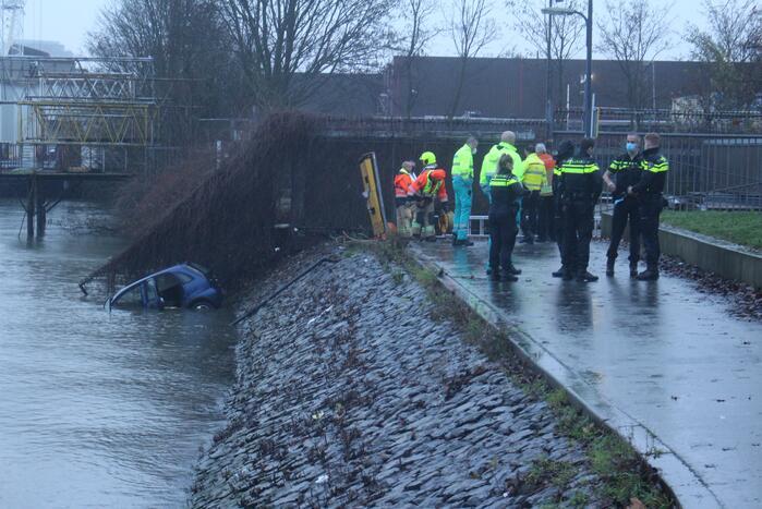 Auto rijdt Nieuwe Maas in