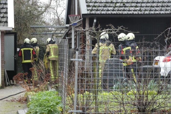 Container naast woning vliegt in brand