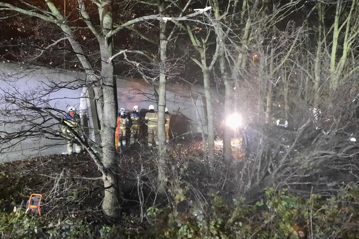 Auto uit de bocht gevlogen en in bosjes geëindigd