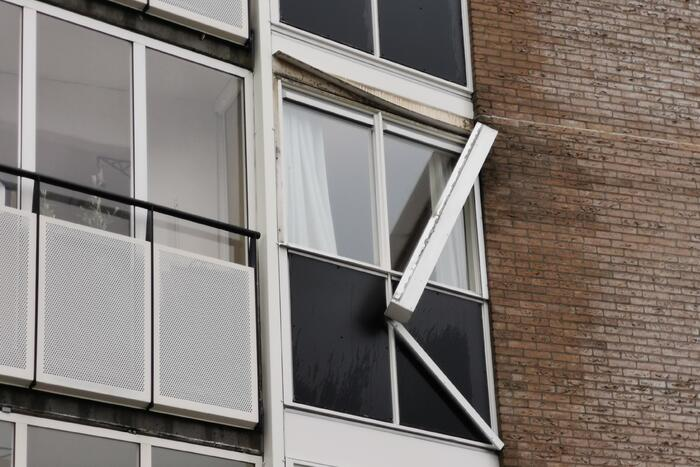 Brandweer verwijdert zonnescherm van flatgebouw