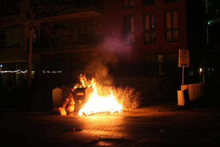 Rommel naast container in brand gevlogen
