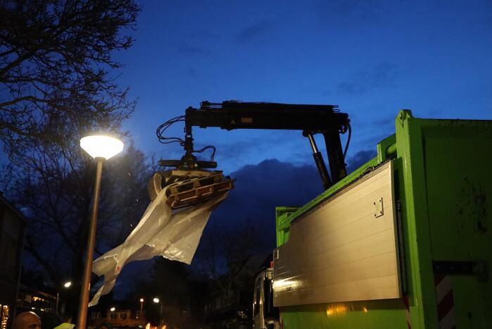 ROVA verwijdert stapel houten pallets in Soesterkwartier
