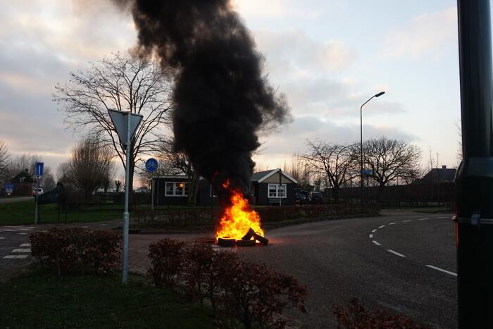 Stapel autobanden in brand gestoken