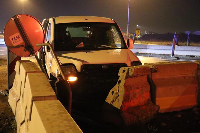 Automobilist verliest macht over het stuur en botst op betonblok