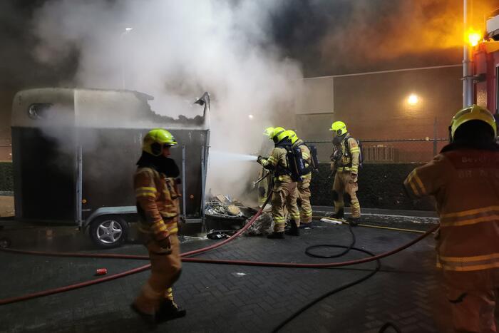 Paardentrailer in brand gestoken