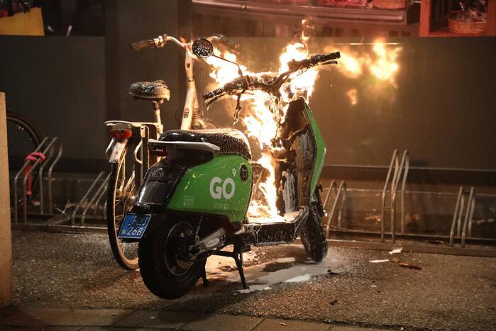 Deelscooter verwoest door brand