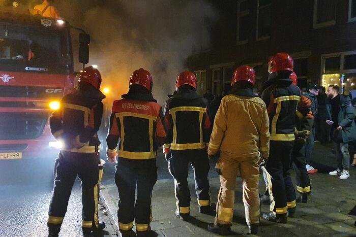 Brandweer blust brandend afval