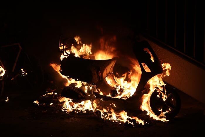 Opnieuw scooter in brand gestoken