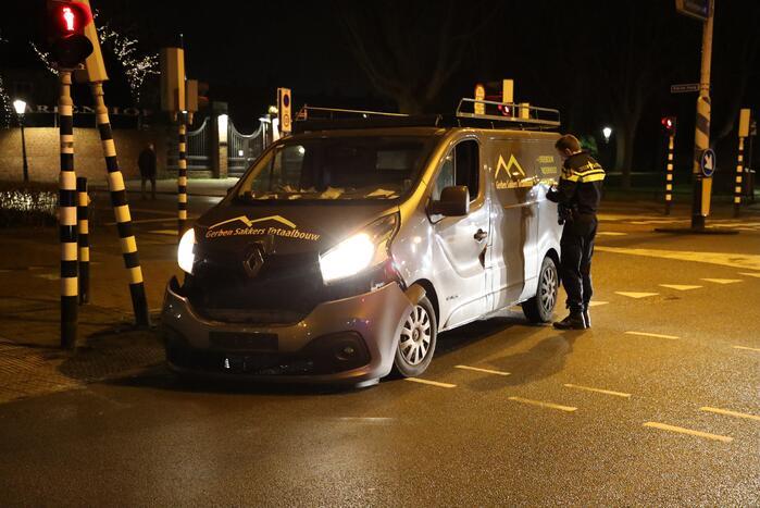 Bestelbus komt tot stilstand tegen verkeerslicht