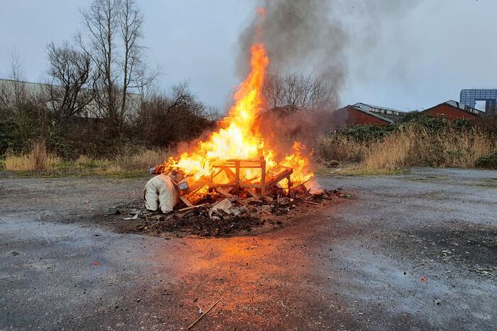 Handhavers blussen buitenbrand