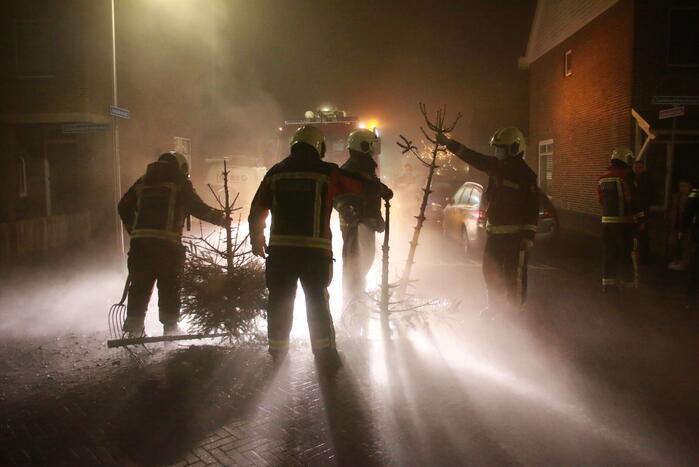 Kerstbomen in brand op kruising