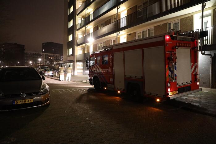 Brandweer ventileert woning na ruiken brandlucht