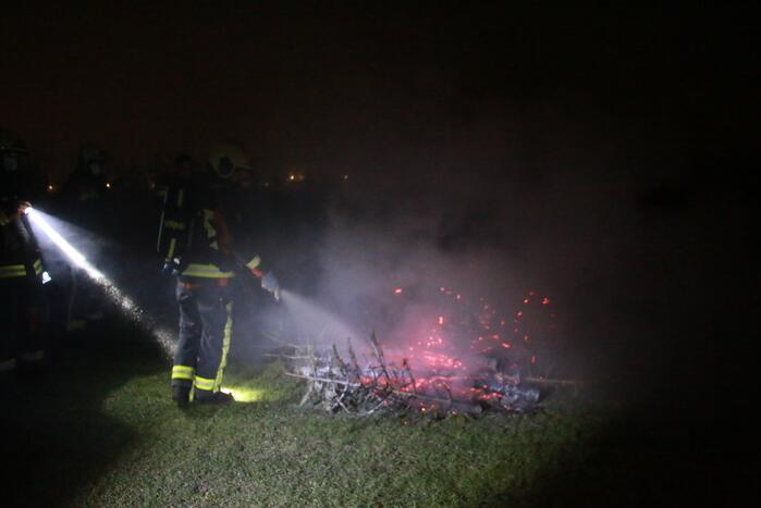 Meerdere kerstbomen in brand gestoken