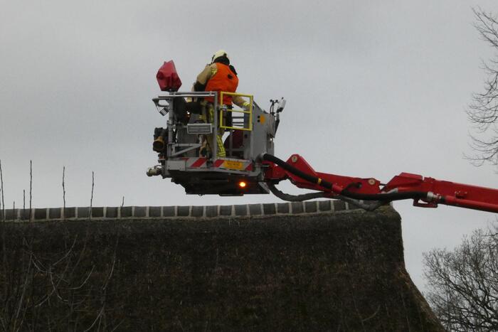 Brandweer controleert rietenkap na schoorsteenbrand