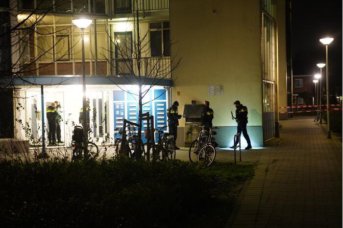 Arrestatieteam valt flatwoning binnen