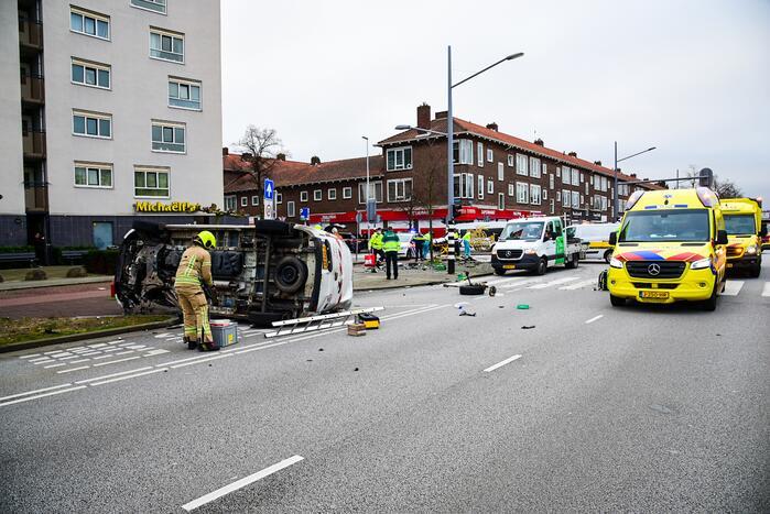 Bestelbus slaat op zijn kant na verkeersongeval