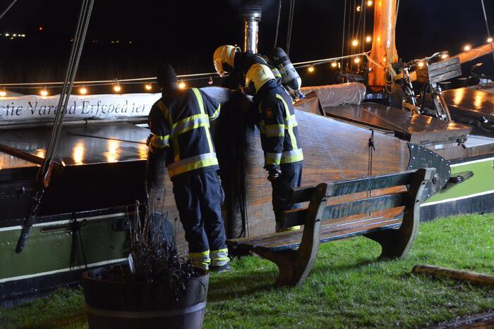 Brandweer doet controle op zeilschip