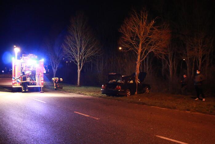 Auto flink beschadigd na aanrijding met boom