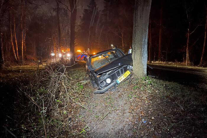Auto klapt frontaal op boom, bestuurder spoorloos
