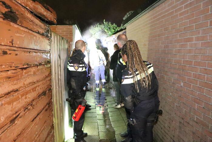 Buurbewoners blussen brandende kliko en voorkomen erger