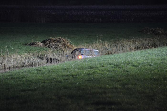 Auto belandt in sloot, bestuurder overleden