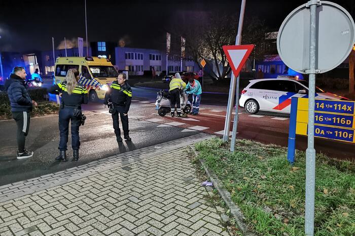 Scooterrijder knalt volop op auto
