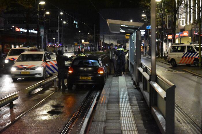 Automobilist rijdt tegen tramhalte aan