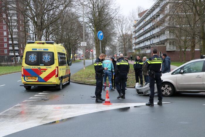 Personenauto heeft schade na aanrijding met scooter