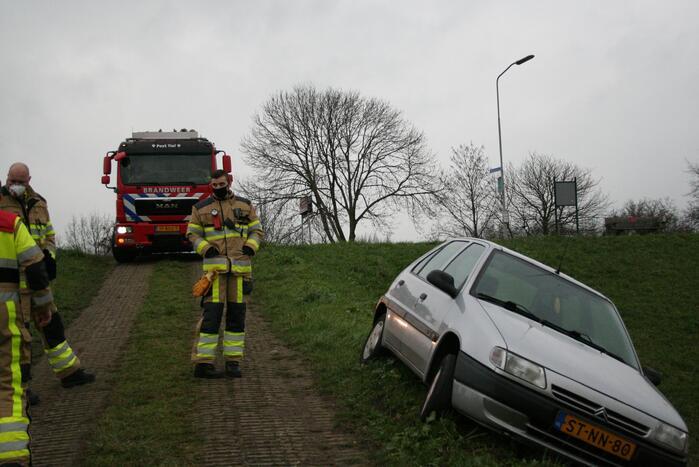 Brandweer doet onderzoek naar scheefstaande auto