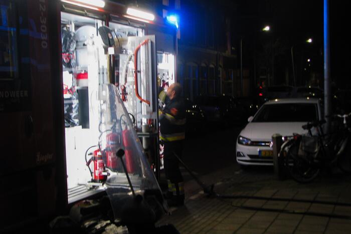 Brandweer blust brand bij garagebox