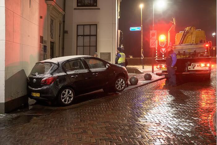 Automobilist raakt in een slip en belandt op betonnen paal