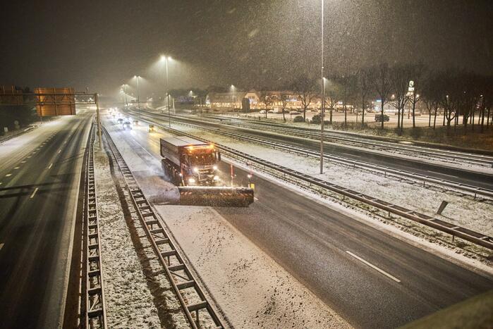 Gladde wegen door sneeuw knooppunt Eemnes