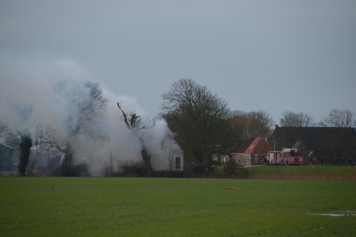 Veel rook bij dakbrand in een voormalige boerderij