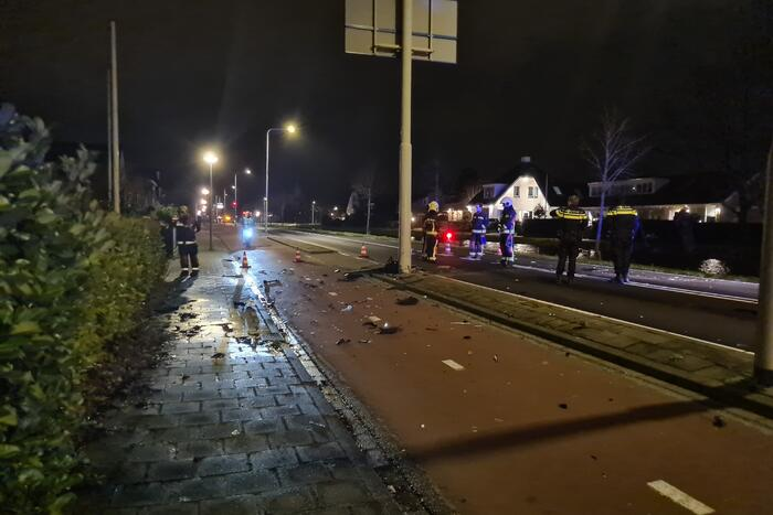 Automobilist botst met voertuig op verkeerspaal