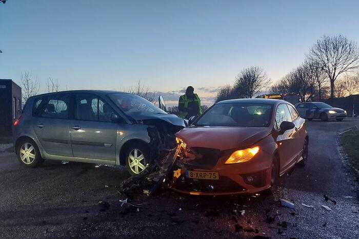 Flinke schade na botsing tussen twee personenwagens