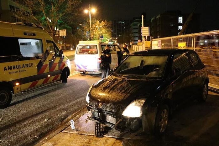 Automobilist verliest macht over het stuur en knalt tegen hek
