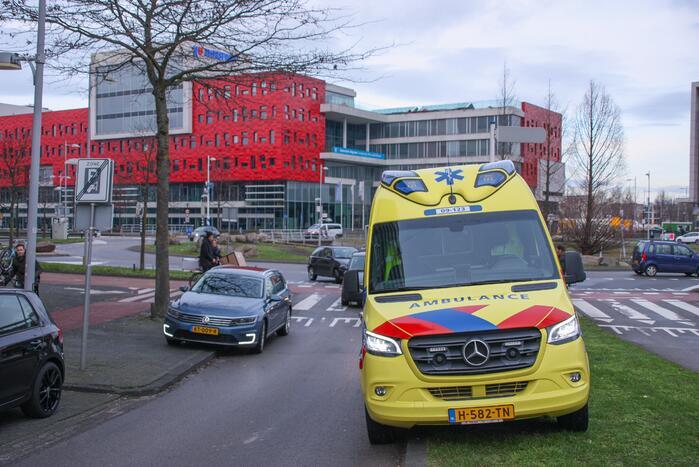 Personenauto en scooter schade na botsing